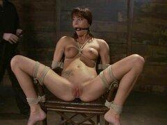 GIA Dimarco sufre dolor y humillación en la escena de BDSM