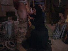 Árabe nena con hijab chupa la polla del monstruo y le encanta. Así que pensaste que las mujeres árabes no estaban interesadas en el sexo te puedo decir que están locos por el sexo y pervertida como el infierno en esta escena vemos a un bebé árabe con hija