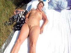 Una mujer impúdica francesa duerme totalmente desnuda al sol