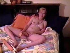 Rubio que se divierten, video Vintage rubias que se divierten. Una señora vintage jugando con un juguete del sexo para la diversión de su marido. Ella va a masturbarse para fastidiar a su maridito para cogerla. Ver más vintage