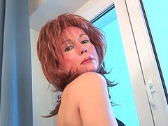 Abuela sensual sondas su viejo coño con un consolador