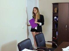 Hermosa teen Secretaria muestra en vídeo de alta definición, Linda Secretaria teen skinny tiras en su oficina en este video de HD, revelando su cuerpo mirando y es realmente atractivo a primera vista.