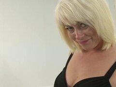 Video de AuntJudys: joyas de ámbar. Sexy rubia madura MILF Amber joya se burla con sus bragas y se frota su coño