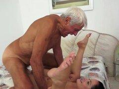 Teen creampied por anciano. Puta adolescente obtiene creampied por anciano después de follar y sexo oral