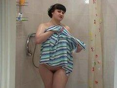 Morena gordita Ksenya lava su cuerpo