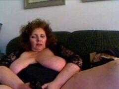 Pelirroja tetona madura jugando con el coño. Pelirroja tetona madura jugando con el coño en la webcam