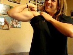 Chica musculosa flexiona su sexy bíceps,