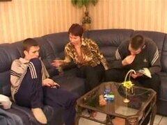 Rusa mama y 2 hijos de puta favorables, que chica no es Amalia, pero hawt además.