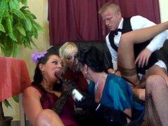 Pissdrinking diversión de grupo con cuatro chicas con clase. Diversión de grupo Pissdrinking con cuatro chicas con clase en medias en un bar de vinos
