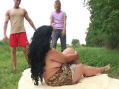 Abuela double-teamed al aire libre