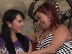 Yolanda es una abuela rubia con un gran conjunto de tetas y ella