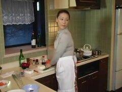 madre en ley Mari Aoi follada en dormitorio por no su hijo, la madre en ley obtiene seducida en cocina