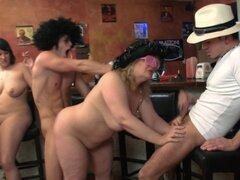 Grandes tetas fiesta sexo grupo orgía en el bar BBW. Grandes tetas fiesta grupo sexual orgía en el bar BBW
