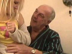 92. abuelo viejo viejo joven chica joven