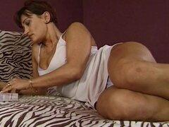 Madura morena coño Anal y coño martillado, madura morena en su cama se burlaban y follada por un tío joven. Martillar su dulce húmedo coño y delicioso anal.