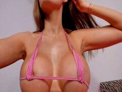 Morena Nena revela ideas más sexys locas en Webcam. Esta nena morena tiene todo tipo de ideas locas cuando ve una cama enorme como este programa webcam que juega con sus tetas calientes hasta que las saca del sostén una vez que sube en la cama se pone rea