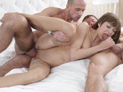 Fiestas de sexo joven - trío anal doble follando
