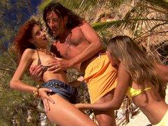 Sahara y Leanna tratan a un compañero a un trío en una playa - Sahara Knite, Leanna Sweet