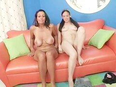 Madre e hija chupando pene