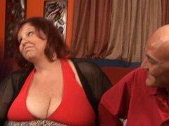 La chica gorda está dando una cabezada. Guy y su novia gorda están teniendo buena diversión oral en Cam