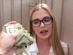 Puta linda que Sloan Harper hace un dinero rápido para el sexo, Slutty babe Sloan Harper puede parecer inocente pero ella está dispuesta a tomar cualquier oportunidad de hacer un dinero rápido aunque ella chupar y follar una polla dura de extraños. No tar