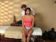 Chica caliente consiguió un buen masaje y una follada dura de su masajista. Hermosa nena Mia Li entró en el spa para un masaje agradable y ella terminan teniendo un gran dick masajistas en su apretado coño