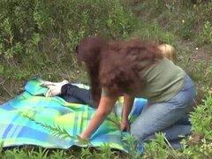 FunMovies Amateur lesbianas maduras follando en el bosque