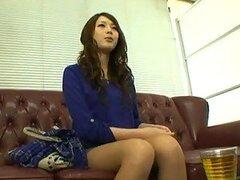 Linda asiática recibiendo desnuda en una entrevista de trabajo