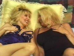 Maduras rubias Anal follando compartir polla, maduras, Anastasia y Dallas se ponen en una cama juntos y acariciar a sí mismos y cuando el capitán Rob trata, estas damas entra en la diversión real. Comienza lamiendo y digitación a uno. Entonces uno de ello