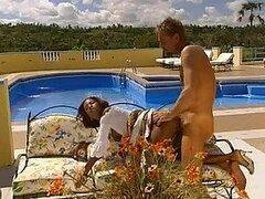 Hombre cachondo se folla a su putita mucama morena mientras su esposa esta de vacaciones