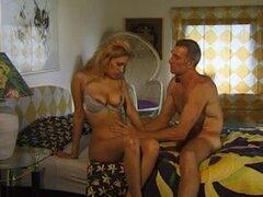 Video vintage de hombre follando joven, cosecha increíble video muestra a una adolescente rubia caliente follada por tio viejo y crema en el vientre.