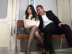 Encantadora muchacha asiática gime de placer en un coño golpeando en un tren de rodaje - Karen Uehara