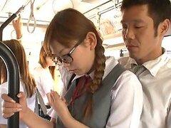 Inocente jovencita Japonesa de tetas jugosas es follada en un medio de transporte publico