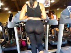 Mirón encuentra a una morena sexy con un culo fabuloso en el gimnasio