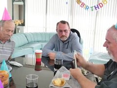 Operador de café dio cumpleaños Roger un lap dance. Cumpleañero Roger se sorprendió cuando vio a Tracy su operadora de café favorito con su pastel de cumpleaños con nada pero su delantal de tiendas de café y sombrero para su cumpleaños que ella haría cual