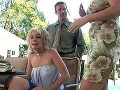 Rubia madre e hija se unen para follar un tio de negocios