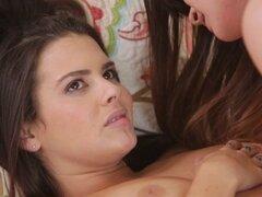 Alison los avisos que Keishas bragas son húmedos. Alison avisos que bragas Keishas se empapan en la entrepierna