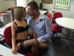 Secretaria caliente folla con su jefe francés en la oficina. Secretaria seduce a un joven jefe a lamer su coño peludo antes de comenzar le golpeando con su pollón duro.