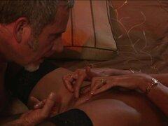 Latina MILF en medias disfruta de una polla, Sizzling big butt Latina MILF en medias obtiene su coño lamido y chupa en un wiener en esta película de sexo Latina HD.