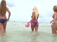 Chicas de la playa. Yo y mi niña Karmen decidió golpear en la playa hoy y nos encontramos con una rubia hermosa titted grande que era realmente agradable! Fue nadar en el océano con ella para un poco y luego invitó a su espalda a mi casa para un poco de d