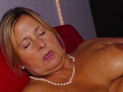 La abuela alemana seduce a la des nudista más joven para follar con ella. GERMAN BBW GRANNY SEDUCE YOUNGER STRIPPER PARA FUCK HER
