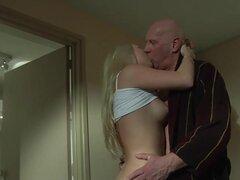 Calvo viejo pervertido folla a jovencita rubia en una habitación de hotel