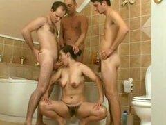 Sexo grupal con una chica recibiendo facial, tres chicos y una chica están en el baño teniendo sexo. Después de golpear a la puta, estos muchachos le dan un facial.