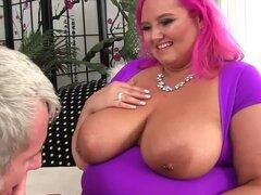 Fat Cutie con grandes tetas naturales Sara Estrella hace abuelo muy feliz