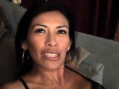 Video de AuntJudys: Eva. Morena Eva se ve muy bien en sus medias y muestra de los pies un poco para su entrevista desnuda sexy