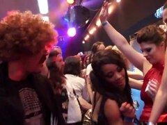 Escorias de club BI tener orgía de sexo en público, chicas de club bisexuales lamiendo a su chochete slick y follando gigantes pinchazos en una orgía de sexo en público