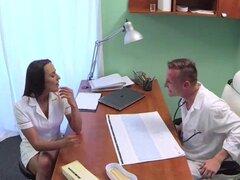 Doctor folla a su enfermera bonita. Doctor folla a su hermosa enfermera en el hospital