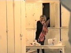 Disparos chicas de Spy cam vestidas después de la ducha, chicas lindas acaba de tomar la ducha. Sus cuerpos desnudos son muy limpio y fresco. Inclínese hacia adelante y sacude las tetas naturales cuando se viste de la cámara de voyeur.