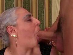 Abuela chupa la enorme polla joven