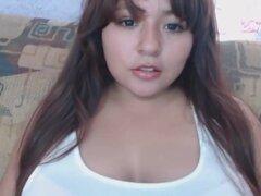 Chica gordita mexicana lamiendo sus tetas,